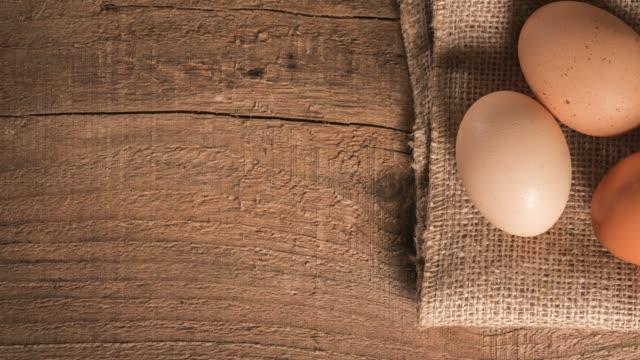 stockvideo's en b-roll-footage met eieren op rustieke houten tafel - vier dingen