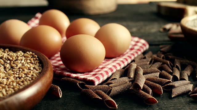 stockvideo's en b-roll-footage met eieren, pasta, meel... - volkoren