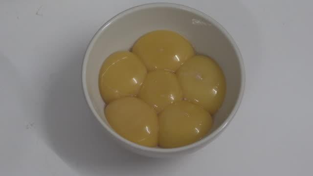 vídeos de stock e filmes b-roll de eggs prepared for bakery homemade - alimento básico