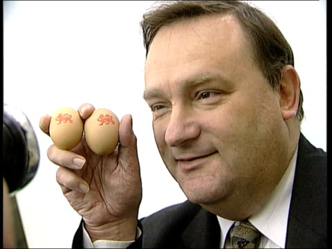 return of quality stamp; england: london: int eggs bearing new lion mark of quality held agriculture minister nick brown mp holding eggs for... - landwirtschaftsminister stock-videos und b-roll-filmmaterial
