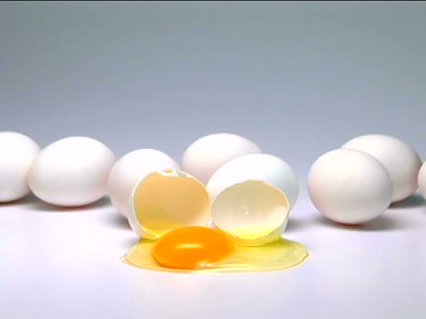 eggs - einige gegenstände mittelgroße ansammlung stock-videos und b-roll-filmmaterial