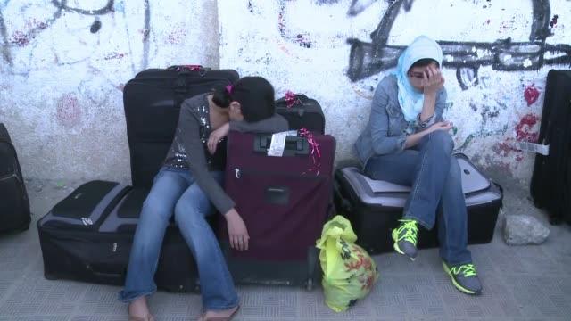 egipto permitio la entrada temporal de algunos palestinos de gaza en su territorio este martes voiced egipto abre la frontera con gaza on august 14... - entrada stock videos and b-roll footage