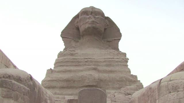 egipto se apresta a reabrir a los turistas la explanada ubicada delante de la esfinge cuyos trabajos de restauracion estan por terminar - delante de stock videos and b-roll footage