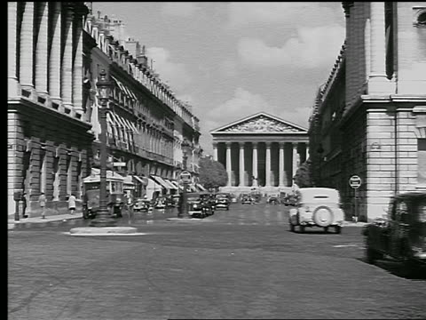 stockvideo's en b-roll-footage met b/w 1936 eglise de la madeleine at the end of rue royale with traffic / paris, france - rue royale