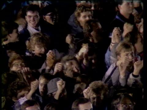 stockvideo's en b-roll-footage met egon krenz and entourage, including manfred gerlach and gunter schabowski singing east german national anthem / patriots singing while making... - berlijnse muur