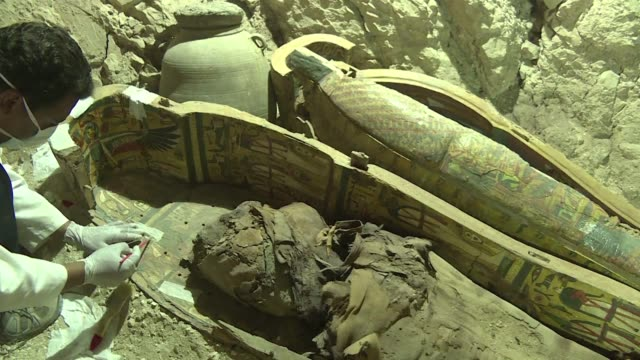 egyptian archaeologists have unearthed several mummies colourful wooden sarcophagi and more than 1000 funerary statues in a 3500yearold tomb near the... - gravvalv bildbanksvideor och videomaterial från bakom kulisserna
