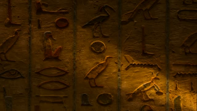 egyptian hieroglyphics in tombs of king - antico condizione video stock e b–roll
