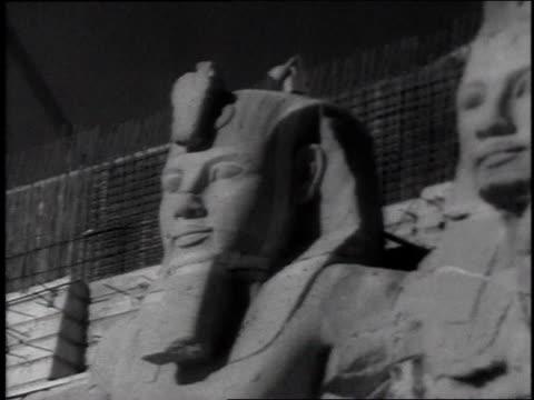 vídeos y material grabado en eventos de stock de egyptian monument / men looking at hieroglyphics - jeroglífico
