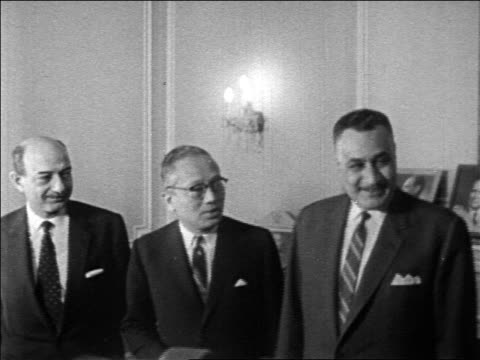 vídeos de stock e filmes b-roll de egyptian president gamal abdel nasser standing with u thant + other dignitaries / newsreel - cargo governamental