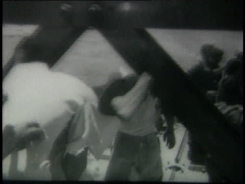 egyptian prisoners being released and loaded into boats - loslassen aktivitäten und sport stock-videos und b-roll-filmmaterial