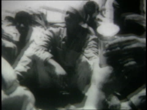 egyptian prisoners sitting on ground eating and drinking - sechstagekrieg stock-videos und b-roll-filmmaterial