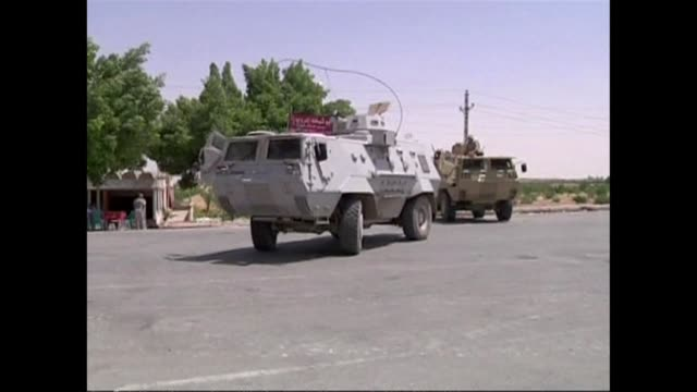egyptian troops and policemen began sweeps of north sinai on tuesday ahead of a possible showdown with heavily armed gunmen who abducted seven... - sinai egitto video stock e b–roll