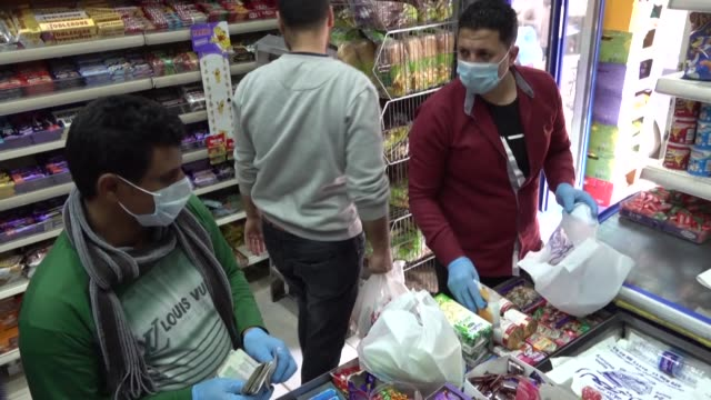 vídeos y material grabado en eventos de stock de egyptians rush to buy food supplies after that prime minister mostafa madbouli announced that egypt will impose a night-time curfew for two weeks... - egipto