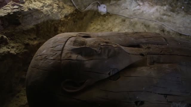 egypt's antiquities minister khaled alenany gives a statement to announce the discovery of an ancient cemetery in minya egypt on february 24 2018... - gravvalv bildbanksvideor och videomaterial från bakom kulisserna