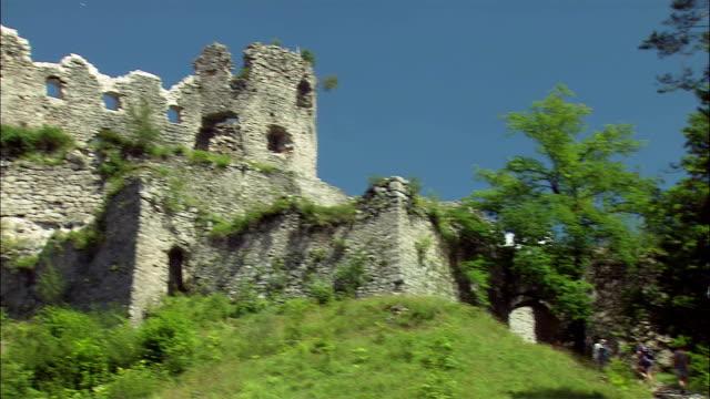 ms la pan ehrenberg castle ruins on top of mountain, hikers climbing up hill, tyrol, austria - österrikisk kultur bildbanksvideor och videomaterial från bakom kulisserna