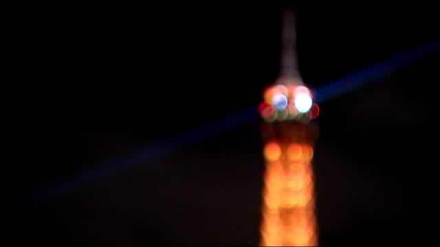 vídeos y material grabado en eventos de stock de eiffel tower and arc de triomphe illuminated at night; france: paris: ext at night paris skyline with illuminated eiffel tower and beacon shining... - bare tree
