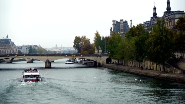 エッフェル塔と橋アレクサンドル3世は、セイン川に架かる - アレクサンドル3世橋点の映像素材/bロール