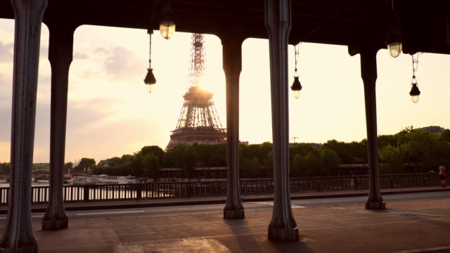 eiffel tower and pont de bir-hakeim - ponte video stock e b–roll