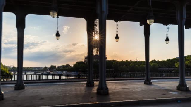 eiffel tower and pont de bir-hakeim - pont de bir hakeim stock videos & royalty-free footage