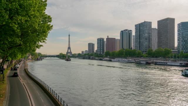 eiffelturm und wolkenkratzer in paris 4k zeitraffer - fluss seine stock-videos und b-roll-filmmaterial