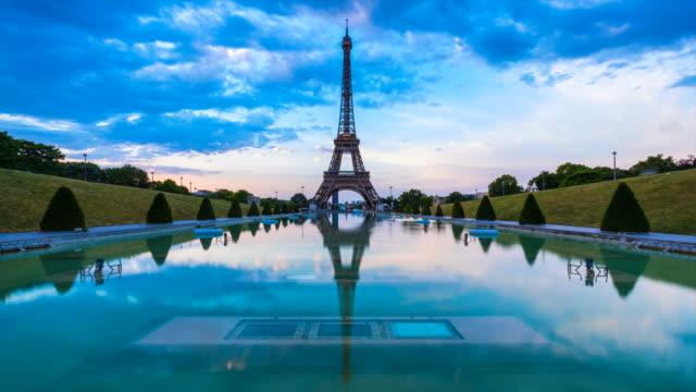 vidéos et rushes de eiffel tower and trocadero fountain at dawn, tl, ws - monument