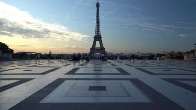 eiffel tower at dawn in paris - eiffel tower paris stock videos & royalty-free footage