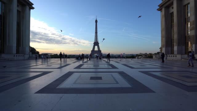 eiffel tower at dawn in paris - dusk stock videos & royalty-free footage