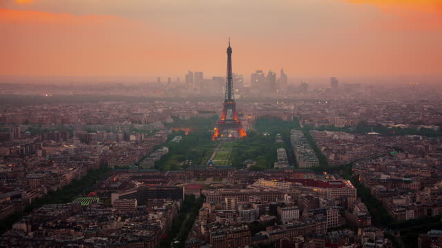 stockvideo's en b-roll-footage met tl eiffel tower day to night - frankrijk