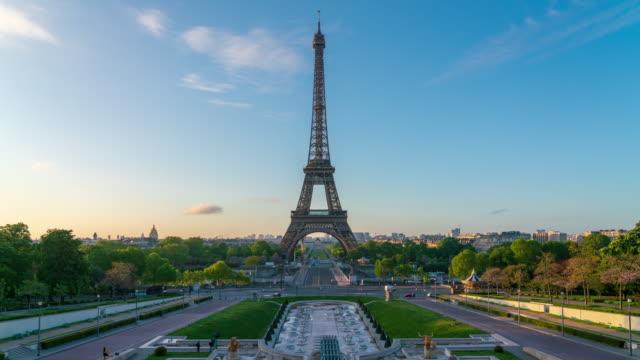 eiffel tower in paris at dawn 4k time lapse - eiffel tower paris stock videos & royalty-free footage
