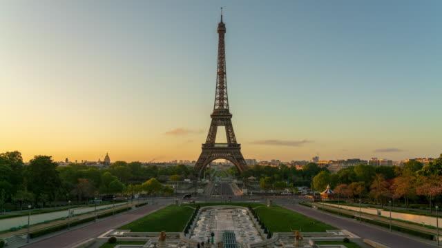 vídeos de stock e filmes b-roll de eiffel tower in paris at dawn 4k time lapse - torre eiffel