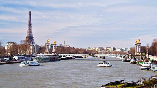 vidéos et rushes de tour eiffel à paris. waterfront. ferries et bateaux. horizon moderne de ville. - ferry