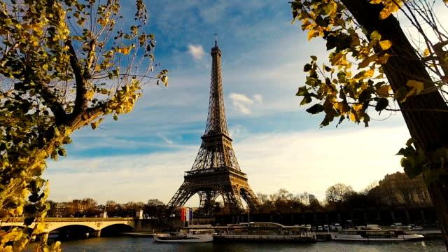 eiffelturm in paris mit bäumen - herbst stock-videos und b-roll-filmmaterial