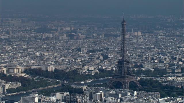 stockvideo's en b-roll-footage met de toren van eiffel in zon - luchtfoto - île-de-france, parijs, frankrijk - breed
