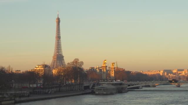 vidéos et rushes de tour eiffel en hiver, paris, france - monument
