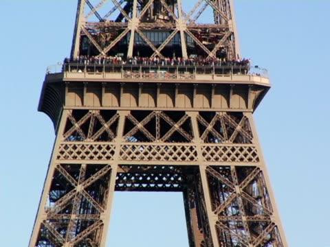 vídeos de stock, filmes e b-roll de cu, zo, ws, eiffel tower, paris, france - ponto de observação