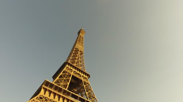 eiffel tower, paris - wolkenloser himmel stock-videos und b-roll-filmmaterial