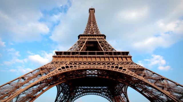 eiffelturm, paris - untersicht stock-videos und b-roll-filmmaterial
