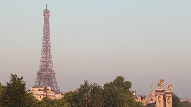 eiffel tower, paris - アレクサンドル3世橋点の映像素材/bロール