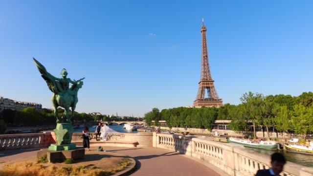 eiffel tower, seine river, pont de bir-hakeim, tracking left - pont de bir hakeim stock videos & royalty-free footage