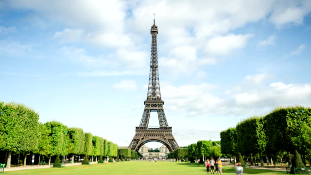 eiffel tower time lapse - eiffel tower stock videos & royalty-free footage