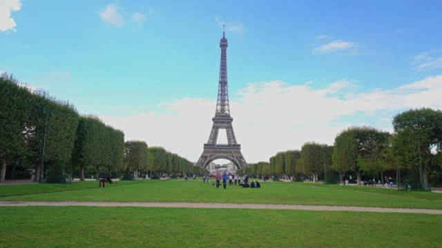 eiffel tower - eiffel tower paris stock videos & royalty-free footage
