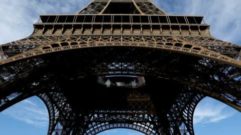 vidéos et rushes de la tour eiffel  - vue en contre plongée verticale