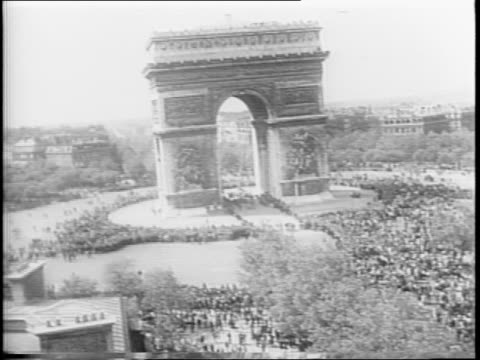 eiffel tower with fountains in foreground / crowd pushing in front of eiffel tower / french general charles de gaulle / de gaulle salutes / sidewalk... - arc de triomphe paris stock videos & royalty-free footage