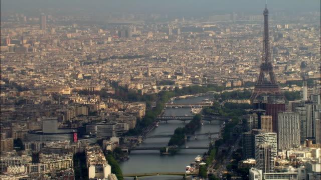 vidéos et rushes de aerial eiffel tower with ile des cygnes and bridges/ paris, france - pont de bir hakeim