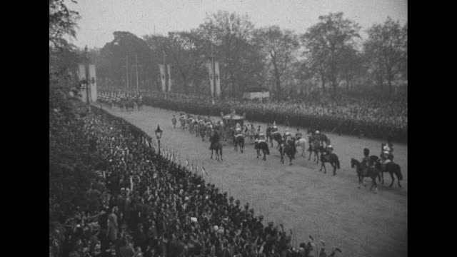 vídeos y material grabado en eventos de stock de eight horses pull the gold state coach in parade back to buckingham palace after coronation of george vi / coach passes under the marble arch with... - jurado derecho
