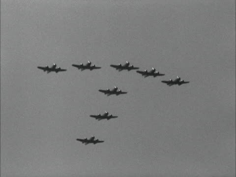 eight meteor military jets fly in formation - formationsfliegen stock-videos und b-roll-filmmaterial