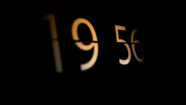 stockvideo's en b-roll-footage met eight o'clock flip clock animation - number 8