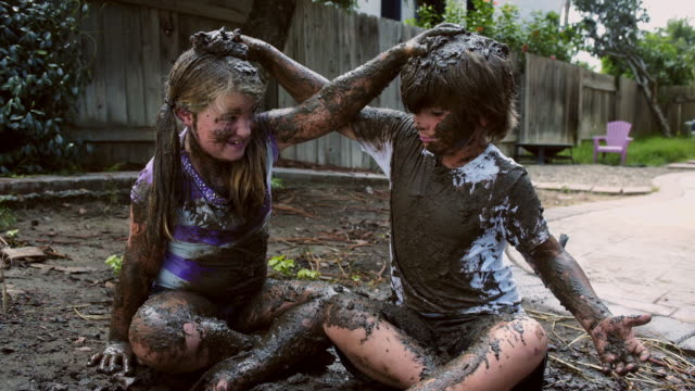vidéos et rushes de eight year old twins mud fight - going for the hair - espièglerie