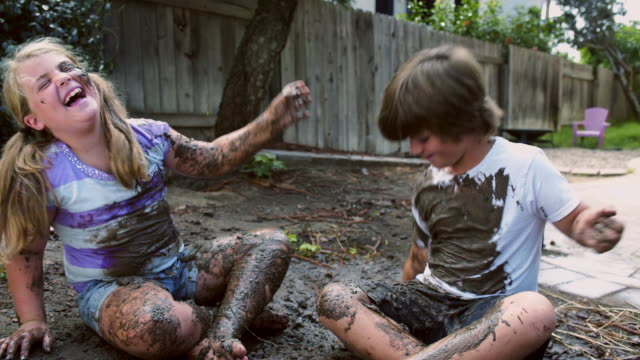 vídeos de stock e filmes b-roll de eight year old twins mud fight - laughing it up - barro