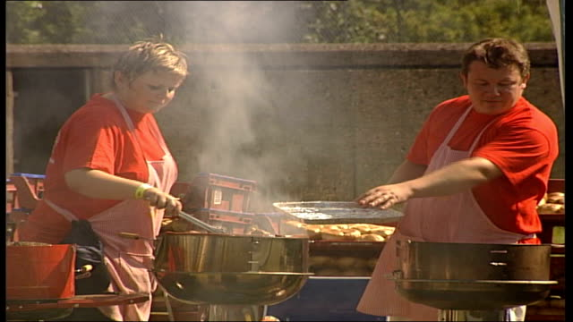stockvideo's en b-roll-footage met eighth annual polish festival; stalls selling kielbasa and other barbecue food to long queue of festivalgoers - festivalganger